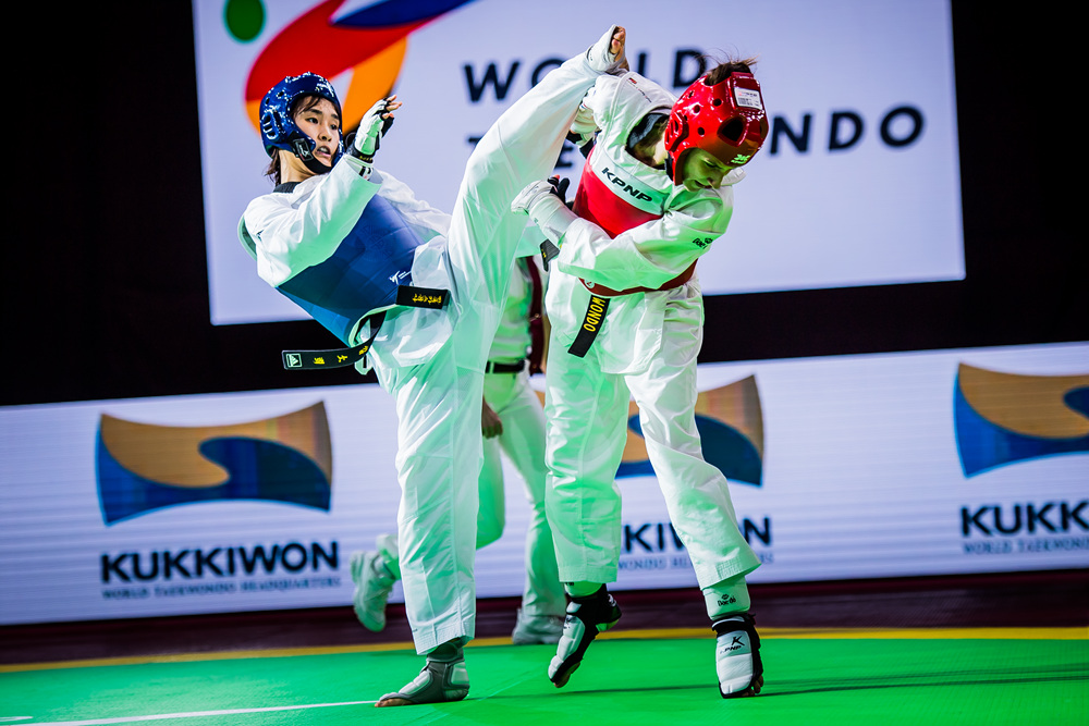 So-hui Kim (left) is attaking to opponent at the final match